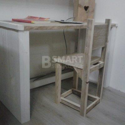 Bureaustoel van steigerhout voor aan een kinderbureau van steigerhout