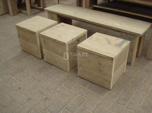 Goedkoop uitgevoerde steore hocker van steigerhout